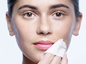 Tutoriel sur lingettes démaquillantes pour les yeux et les lèvres | Clé de Peau Beauté